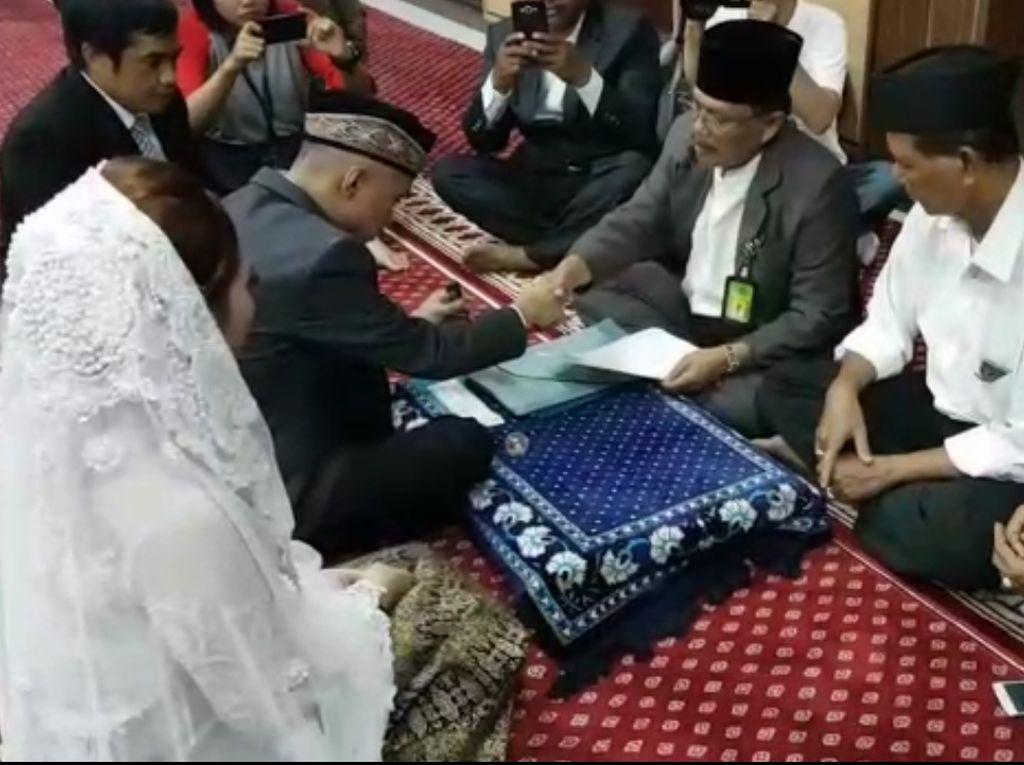 Pernikahan dilaksanakan pada Sabtu 13 Januari 2018 pukul 11.00 WIB di Masjid Baitul Rahmat Polres Metro Jakarta Barat, kata Kepala Satuan Reserse Narkoba Polres Metro Jakarta Barat, AKBP Suhermanto, dalam keterangannya, Sabtu (13/1/2018). (Foto: Istimewa)