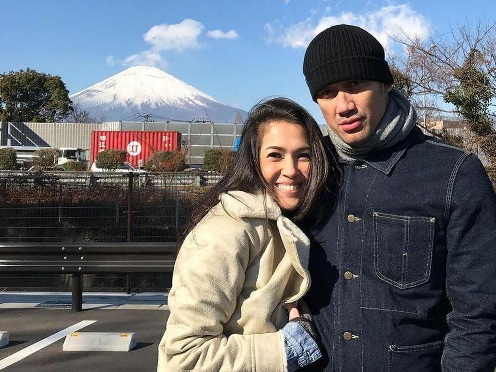 Gimana romantis nggak nih geng? Foto: Tora Sudiro dan Mieke Amalia (Instagram)