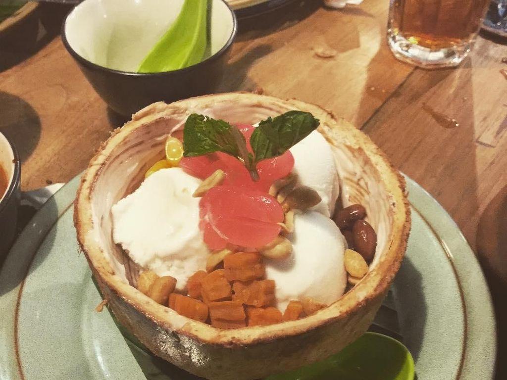 Mengikuti tren pola hidup sehat, Raline menerapkan vegan week. Tapi makanannya tak kalah lezat lho. Coconut ice cream disajikan dalam batok kelapa asli dan diberi berbagai topping mulai kacang merah, kacang tanah hingga kolang kaling. Foto: Instagram Raline Shah
