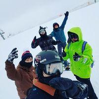 Suatu kali Chanyeol dan grupnya berlibur ke Jepang dan mereka memuaskan masa itu untuk bersenang-senang dengan cara bermain ski. Seru ya. (Foto: Instagram/real_pcy)