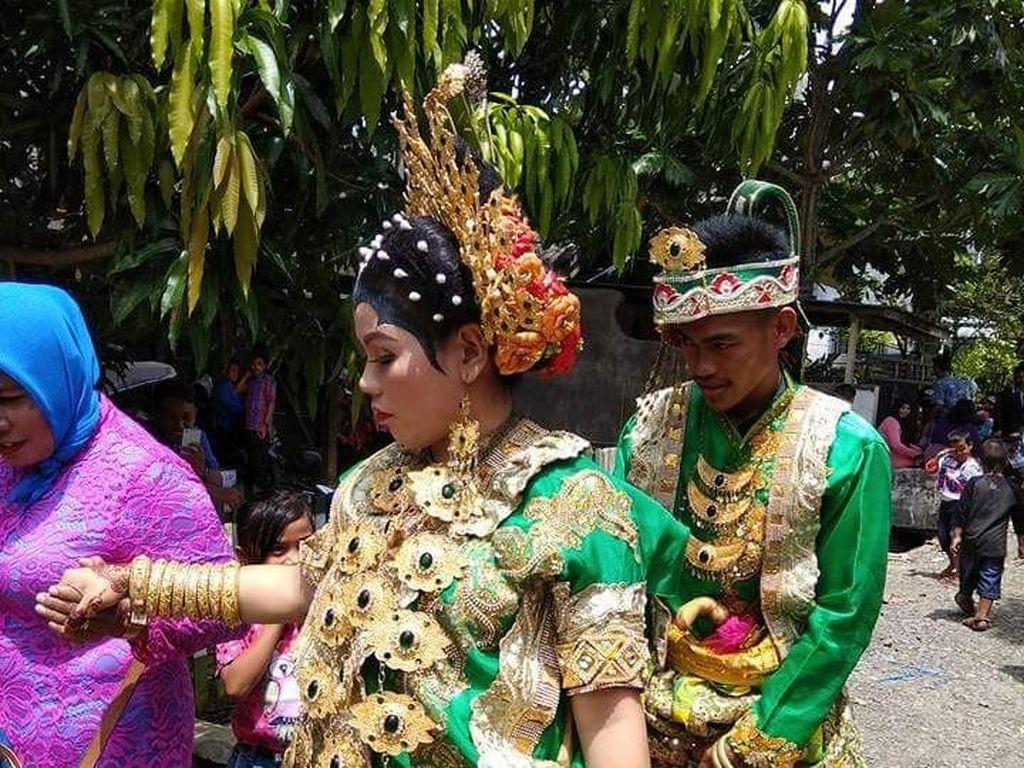 Dalam perhelatan yang digelar cukup meriah itu, tiba-tiba ada perempuan yang menyanyikan lagu Bugis Balo Lipa. (Istimewa)
