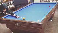 Selain bowling, Chanyeol ternyata juga mahir bermain bola yang lain, yaitu bola sodok alias bilyard. (Foto: Instagram/real_pcy)