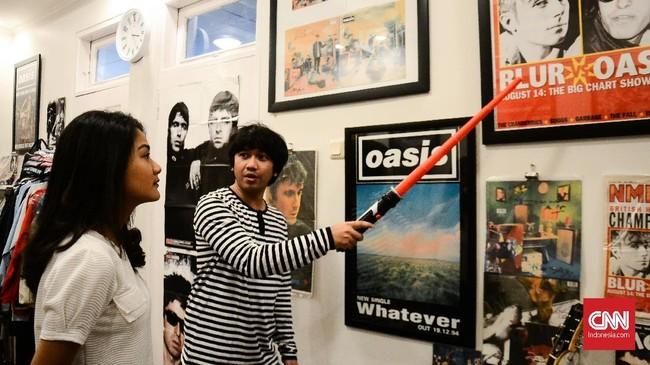 <p>Maksimal pengunjung setiap sesi hanya empat orang. Ilham akan mengajak pengunjung untuk tur museum guna menjelaskan sejarah Oasis, barang langka apa yang ia miliki dan mengapa barang-barang tersebut menjadi langka.</p>