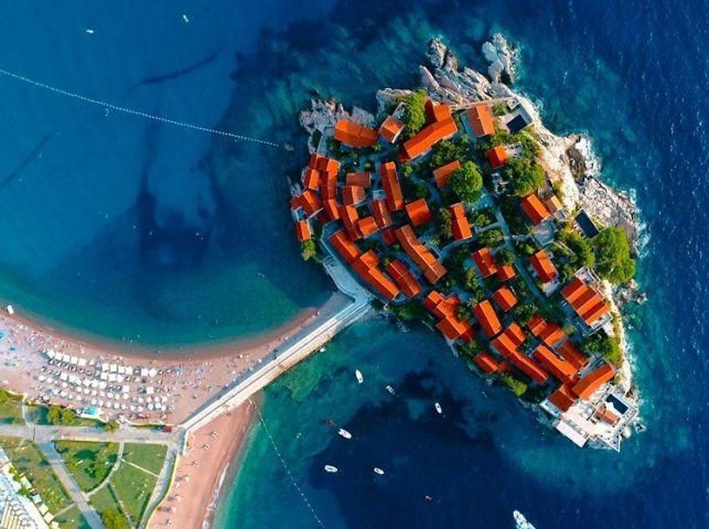 Wujud Sveti Stefan Hotel yang ada di Montenegro. Foto: Bored Panda
