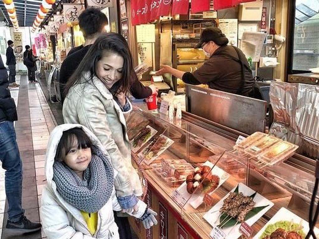 Kebersamaan Mieke Amalia dengan salah satu sang buah hati di Jepang. Foto: Tora Sudiro dan Mieke Amalia (Instagram)