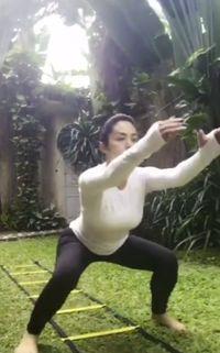 Mau tahu rahasia tubuh kencang Krisdayanti di usianya saat ini? Jawabannya tentu saja adalah squat! (Foto: Instagram/@krisdayantilemos)