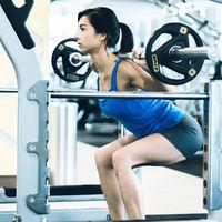 Berbeda dengan squat biasa, Jennifer Bachdim melakukan squat menggunakan barbel. (Foto: Instagram/jenniferbachdim)