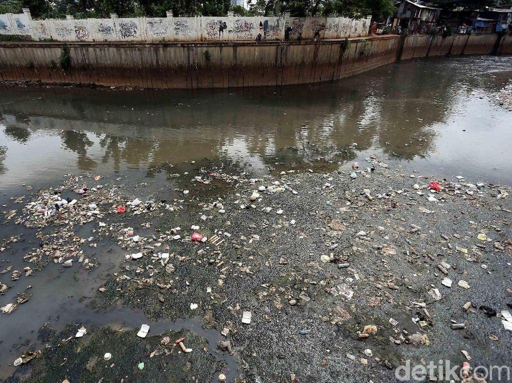 Banyak warga yang tanpa rasa bersalah membuang sampah di Kali Krukut.