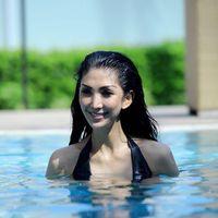 Selain yoga dan lari, Junita juga gemar berenang. Foto: Instagram/@junitaliesar
