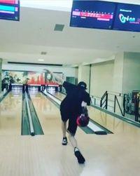 Rapper dari grup EXO ini gemar bermain bowling. Dari video-video yang diunggahnya, nampaknya Chanyeol bukan pemain bowling amatiran. (Foto: Instagram/real_pcy)