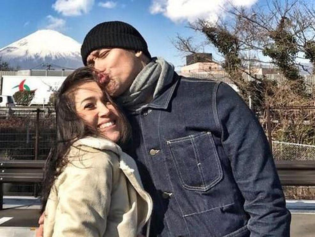 2017 pasangan Tora Sudiro dan Mieke Amalia ditangkap polisi karena dumolid. Lupakan tahun lalu, keduanya mengawali 2018 dengan senang. Bersama anak-anaknya, pasangan ini berlibur ke Jepang awal tahun. Foto: Tora Sudiro dan Mieke Amalia (Instagram)