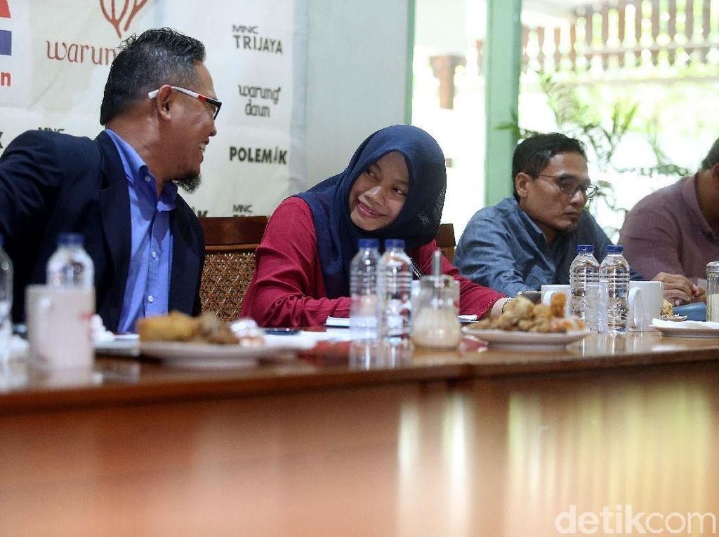 Dalam diskusi tersebut, hadir sebagai pembicara Ketua KPU, Arief Budiman, Anggota Bawaslu RI, Rahmat Bagja, Ketua DPP Gerindra Bidang Hukum, Habiburokhman, Ketua DPP Perindro Bidang Politik, M Yamin Tarawy, Direktur Persiden, Titi Anggraeni, Direktur Poltracking, Hanta Yuda, dan Sekretaris Bidang Polhukam DPP PKS, Suhudalynudin.