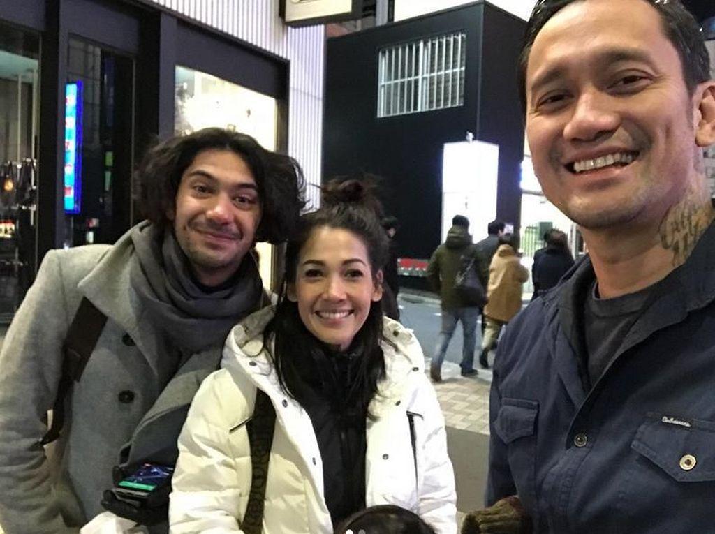 Mereka bertemu dengan Reza Rahadian. Foto: Tora Sudiro dan Mieke Amalia (Instagram)