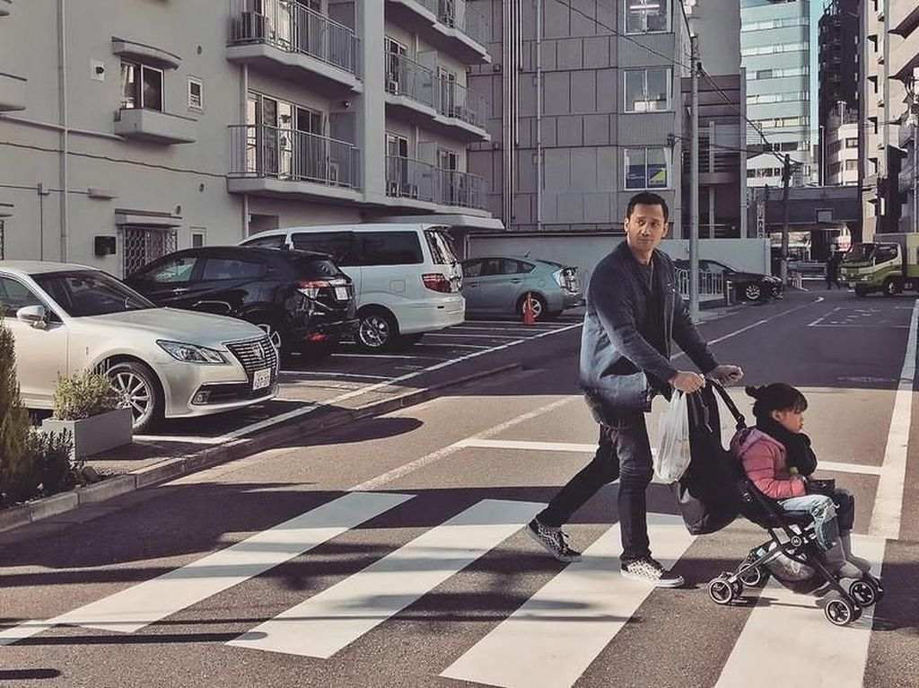 Selama di Jepang, Tora juga berbagi tugas dengan Mieke Amalia. Sesekali Tora mendorong stroler sang buah hati. Foto: Tora Sudiro dan Mieke Amalia (Instagram)