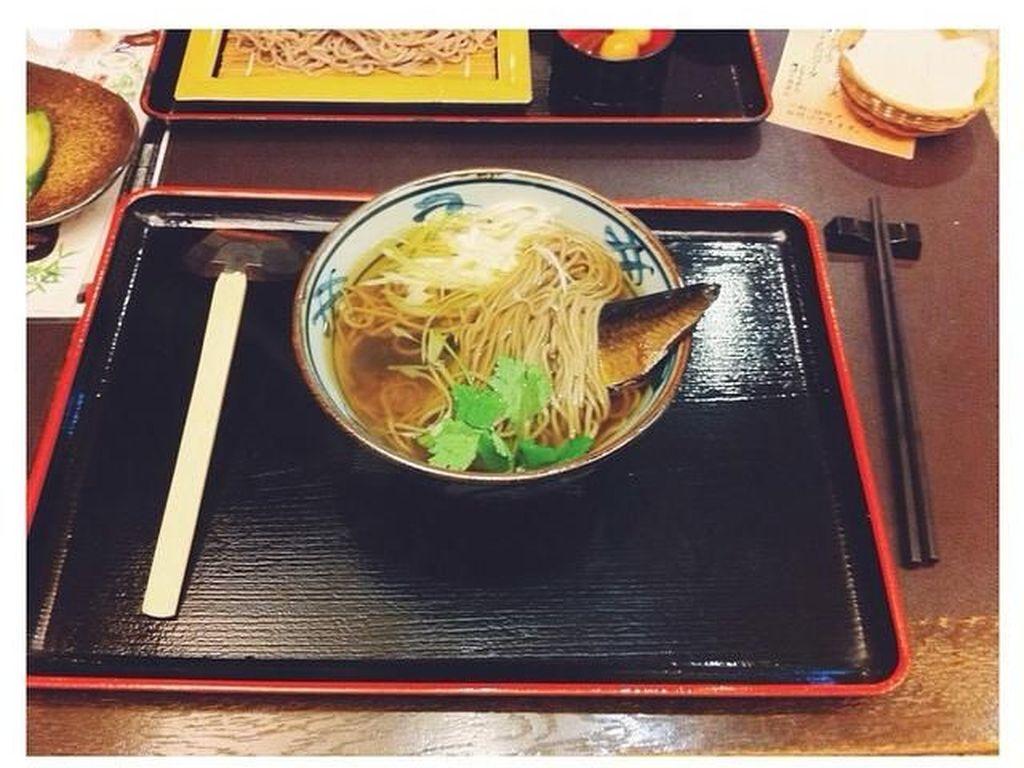 Soba kuah lengkap dengan ikan makarel. Yummy! Tapi sayangnya Yuki tidak tahu apa nama hidangan ini nah yang ini lupa namanya apaan hehe, tulis pemain film berbakat ini di instagram pribadinya. Foto: Instagram yukikt