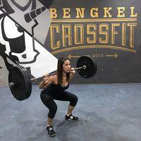 Presenter Nadia Mulya saat melakukan squat untuk angkat beban. Ia mengaku beban 20-40 kilogram adalah hal yang sangat biasa dilakukannya. (Foto: Instagram/Nadia Mulya)