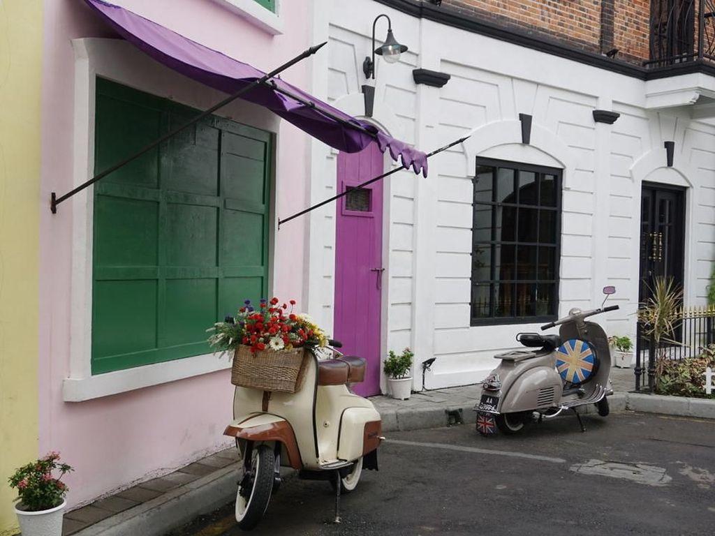 Kalau ini bagian halamannya. Pintu dan jendela layaknya rumah bergaya Eropa dengan warna-warni cantik. Ada juga vespa klasik yang bisa jadi tempat berfoto lho. Foto: dok. detikFood/Lusiana Mustinda