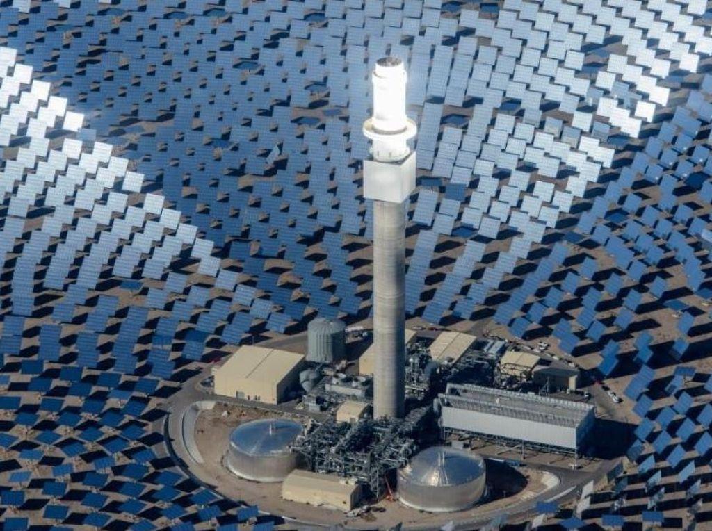 Panel tenaga surya itu akan memiliki satu tower di tengahnya yang disebut heliostats. Cahaya yang berasal dari tiap lempengan panel dipantulkan ke tower tersebut. ABC/Istimewa.