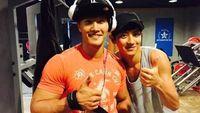 Dari foto menembaknya, terlihat lengan Chanyeol yang bertubuh kurus itu ternyata kekar juga ya. Beberapa waktu lalu, Chanyeol memamerkan fotonya berlatuh di gym bersama Kim Jong Kook. (Foto: Weibo/Park Chanyeol)