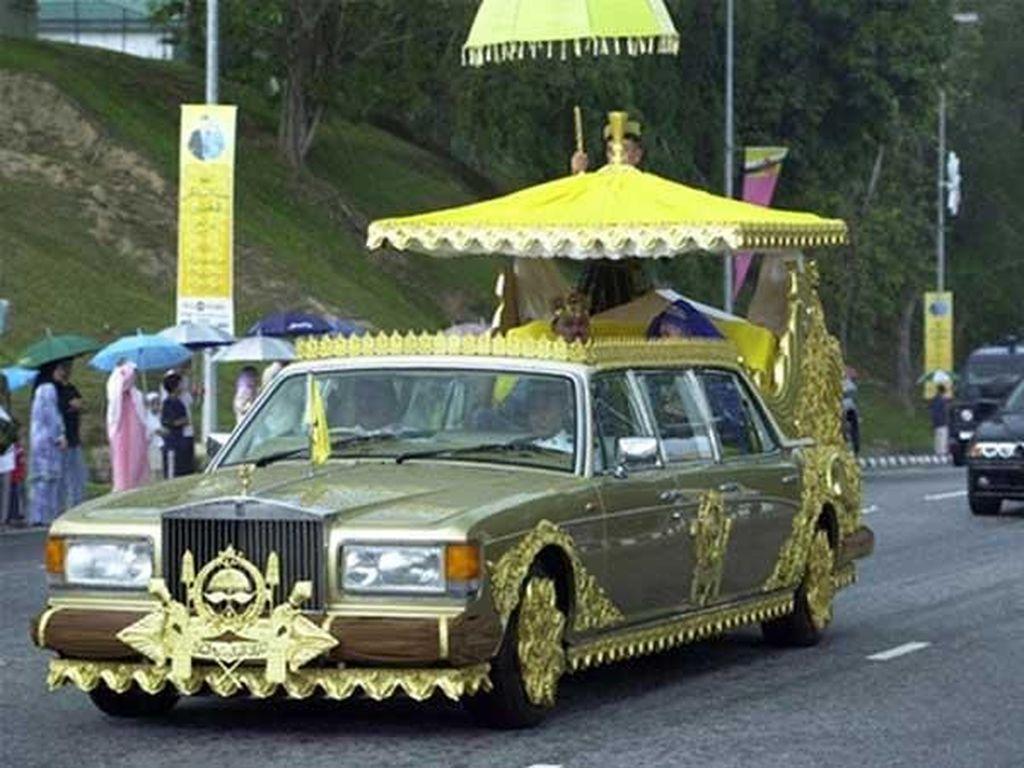 Di usia yang sudah menginjak 71 tahun, Sultan Brunei Hassanal Bolkiah hartanya tercatat lebih dari $20 milliar atau bila dirupiahkan sekitar Rp 265 triliun lebih. Tak sampai disana, dirinya pun tercatat sebagai kolektor mobil terbanyak dan terbesar sepanjang sejarah memiliki ribuan mobil ribuan mobil terbaik dunia. Salah satunya 24 karat Gold-plated Rolls-Royce. Foto: Pool