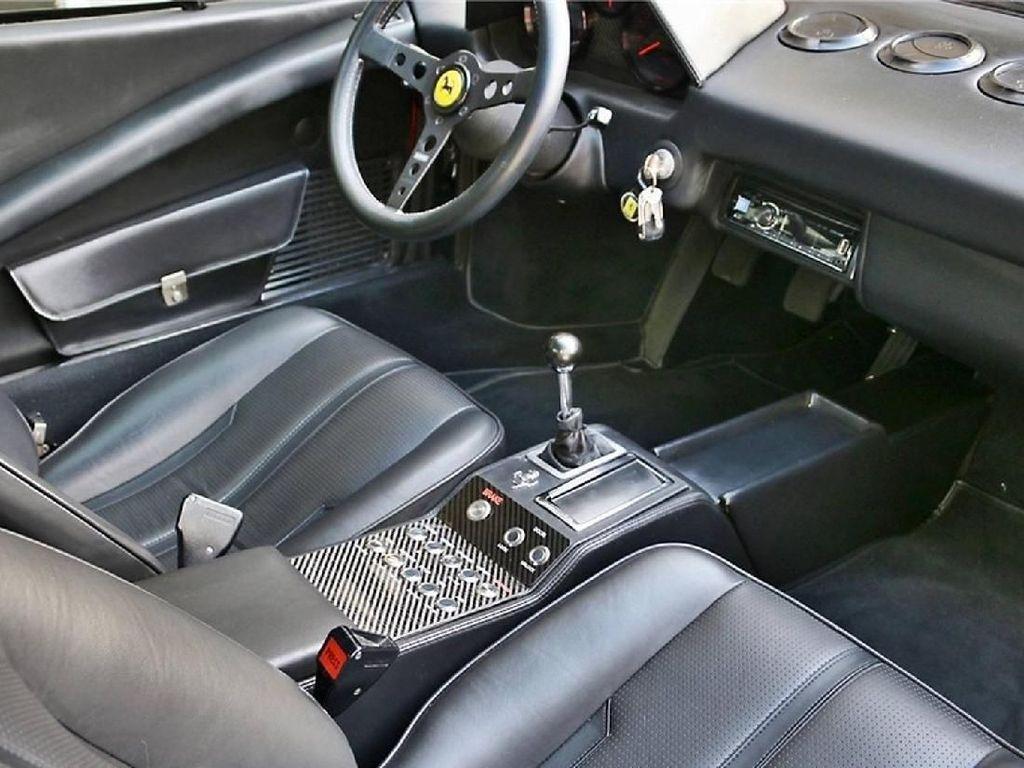 Bagian interior juga tidak lepas dari perubahan, dikatakan Ferrari listrik ini kini mengusung kulit hitam asli buatan Italia, serta menyelipkan speedometer dan tachometer yang khusus untuk mobil listrik.Foto: Pool (Motor1)