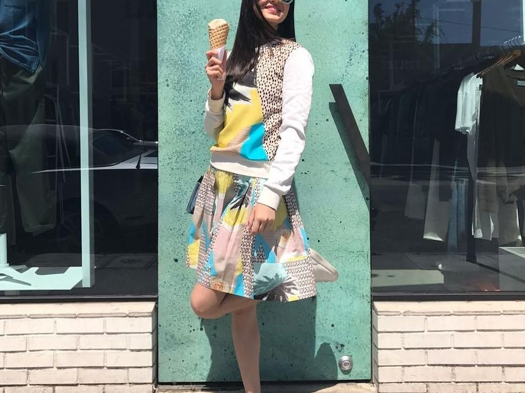 Berpose sambil memegang es krim cone, Raline tampak sangat cantik. Apalagi ditambaah senyumnya yang mengembang. Hayo manis mana, es krim atau senyum Raline? Foto: Instagram Raline Shah