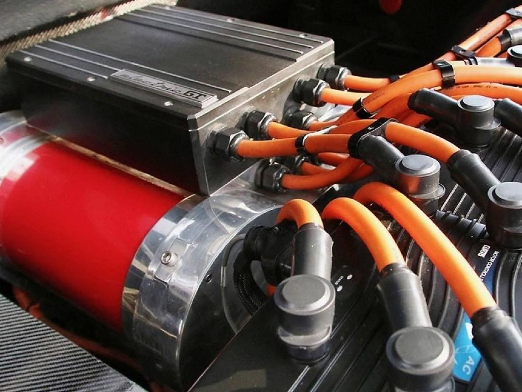 Untuk bisa mengganti performa dari mesin V8, Ferrari GTS ini memilih untuk mengusung tiga motor listrik HPEVS AC-51. Foto: Pool (Motor1)
