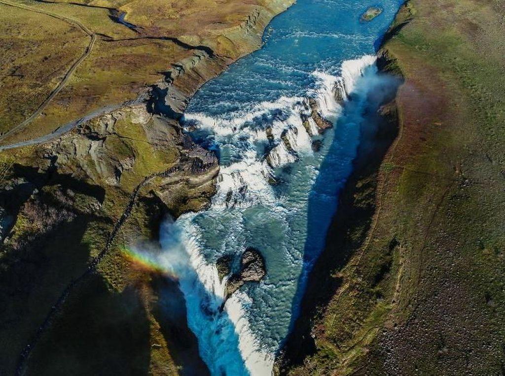 Air terjun berselimut pelangi di Islandia. Foto: Bored Panda