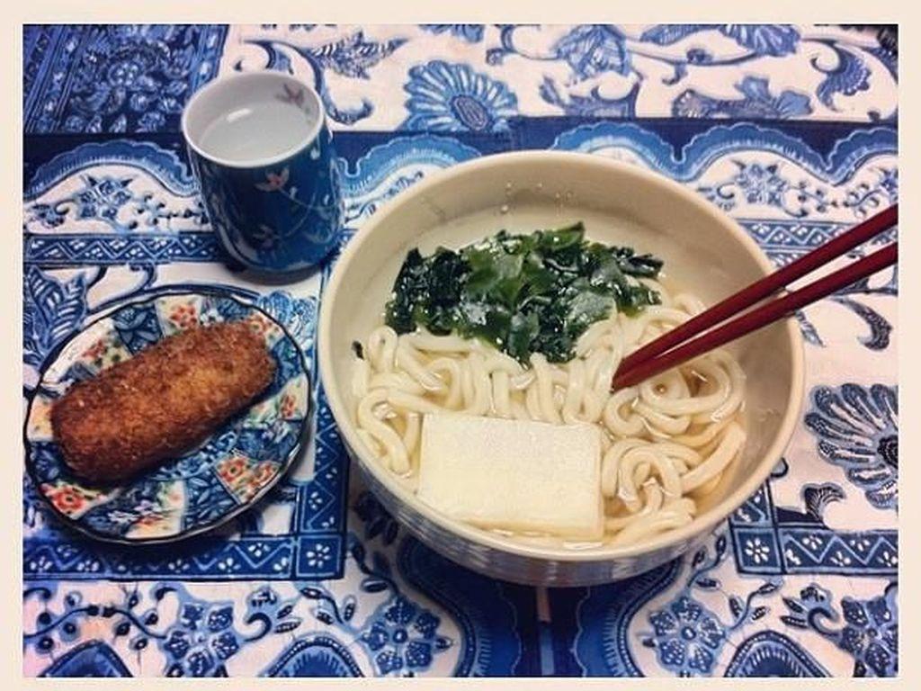 Mie dengan ukuran lebih besar khas negeri sakura ini namanya udon. Udon jadi pilihan makan malam Yuki Kato kala itu. Foto: Instagram yukikt