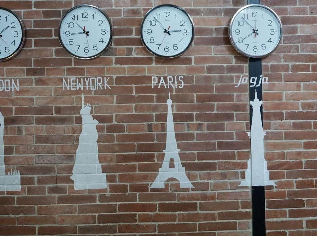 Salah satu dindingnya juga berhiaskan jam ini. Ada jam waktu London, New York, paris dan Jogja. Sebenarnya kamu lagi ada dimana sih? Foto: dok. detikFood/Lusiana Mustinda