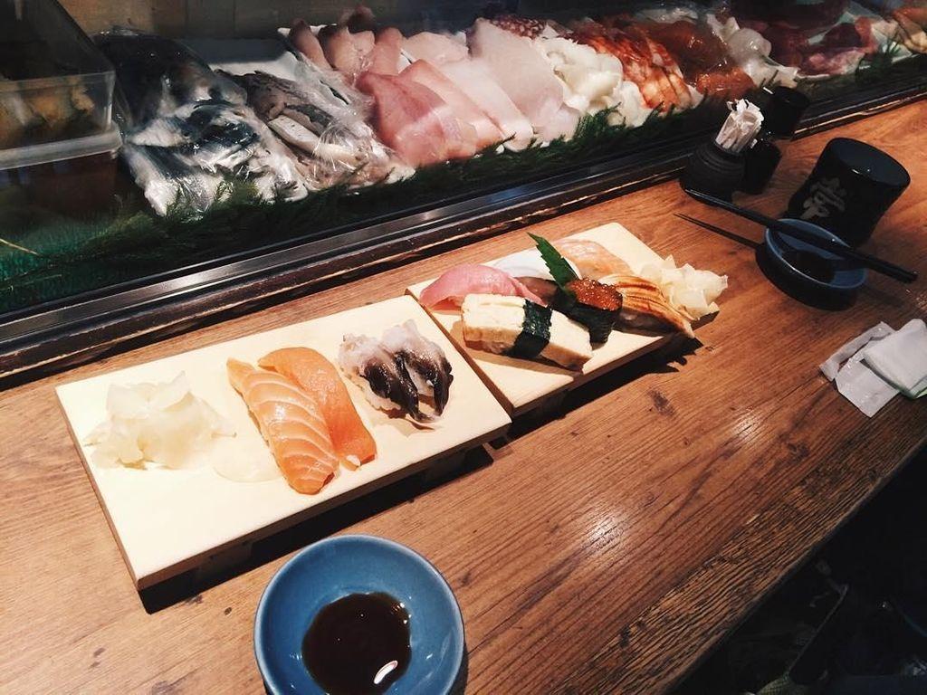 Jika sedang mengunggah foto hidangan Jepang, ia selalu menyertakan #japanlife. Sushi juga jadi hidangan khas Jepang yang ia suka. Foto: Instagram yukikt