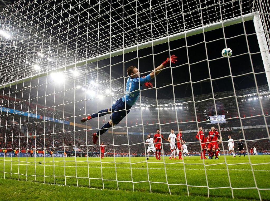 Namun, tendangan bebas James Rodriguez di injury time memantapkan kemenangan tim tamu. Foto: Wolfgang Rattay/Reuters