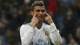 Real Madrid menelan kekalahan keempat di La Liga musim ini dan tetap berada di posisi keempat klasemen dengan tertinggal 16 poin dari Barcelona. (REUTERS/Javier Barbancho)