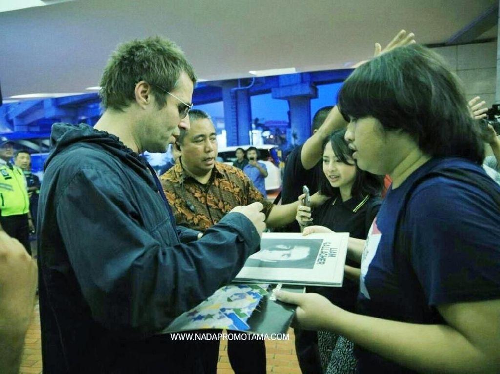 Dengan santai, adik dari Noel Gallagher itu melayani permintaan para fans. Foto: Liam Gallagher (dok. NadaPromotama)