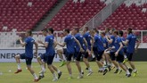 Para pemain timnas Islandia melakukan pemanasan saat sesi latihan di Stadion Utama Gelora Bung Karno, Jakarta, Sabtu (13/1). (ANTARA FOTO/Sigid Kurniawan)