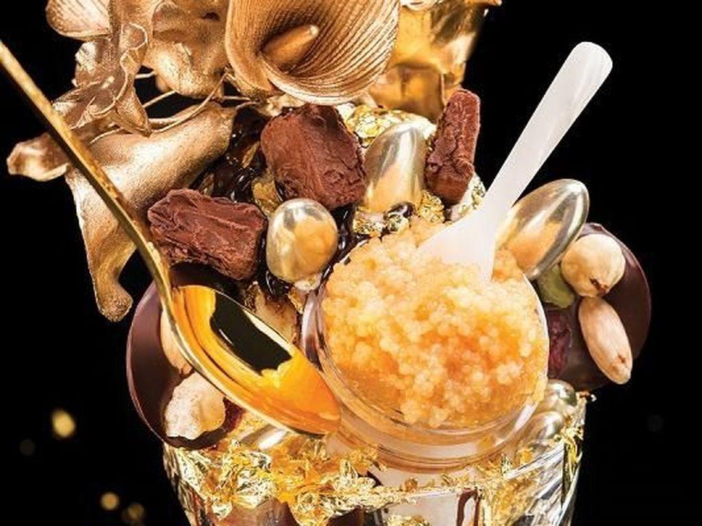 The Golden Opulence Sundae ini dibuat dengan campuran emas 23 karat. Dijual sangat mahal, dessert mewah ini dibandrol dengan harga 25.000 USD atau Rp 335 juta. Foto: Istimewa