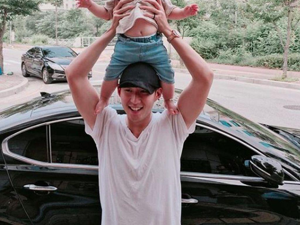 Ia kadang memperlihatkan kehidupan kesehariannya, ini saat bersama bayi yang diduga keponakannya. Foto: Instagram