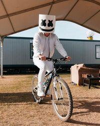 Punya keunikan saat manggung ialah ciri khas DJ Marshmello, wah ternyata ia rajin bersepeda lho. (Foto: Instagram @marshmellomusic)