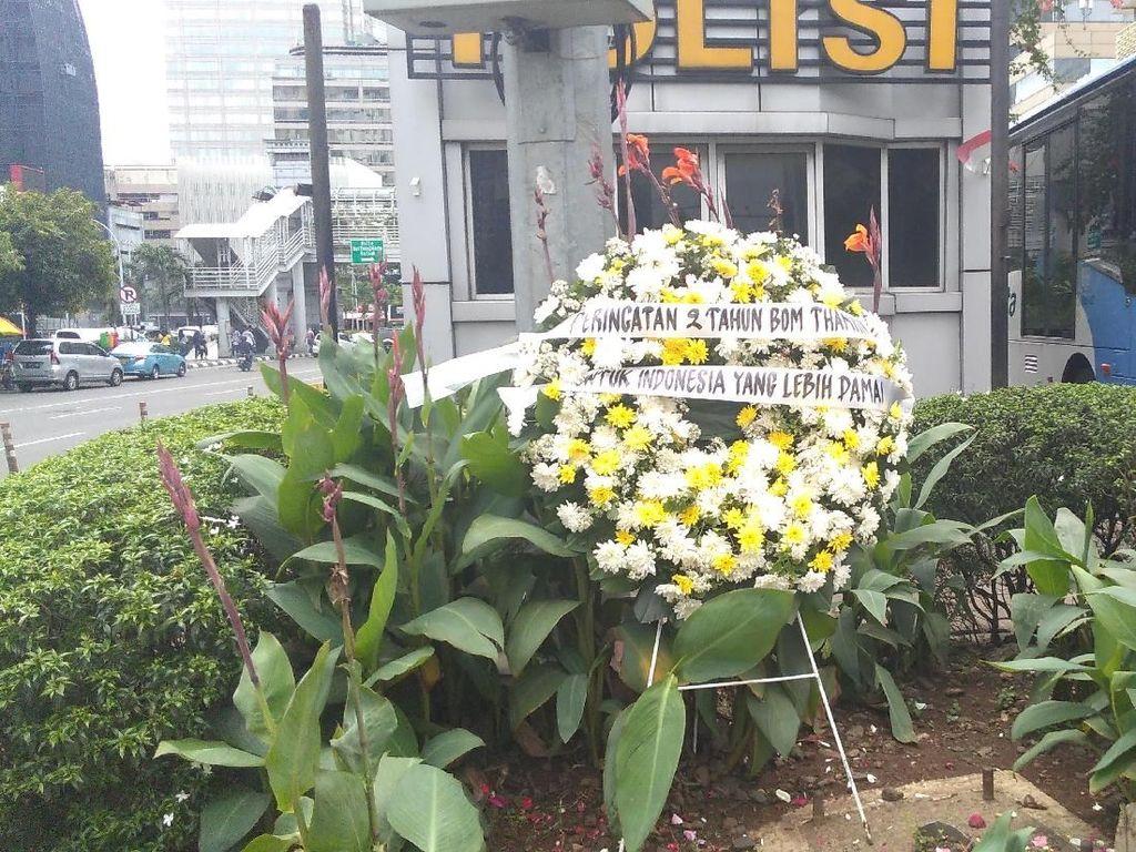 Penampakan karangan bunga di depan pos polisi Sarinah mengenang tragedi berdarah tersebut (Foto: Parastiti Kharisma Putri/detikcom/2018)