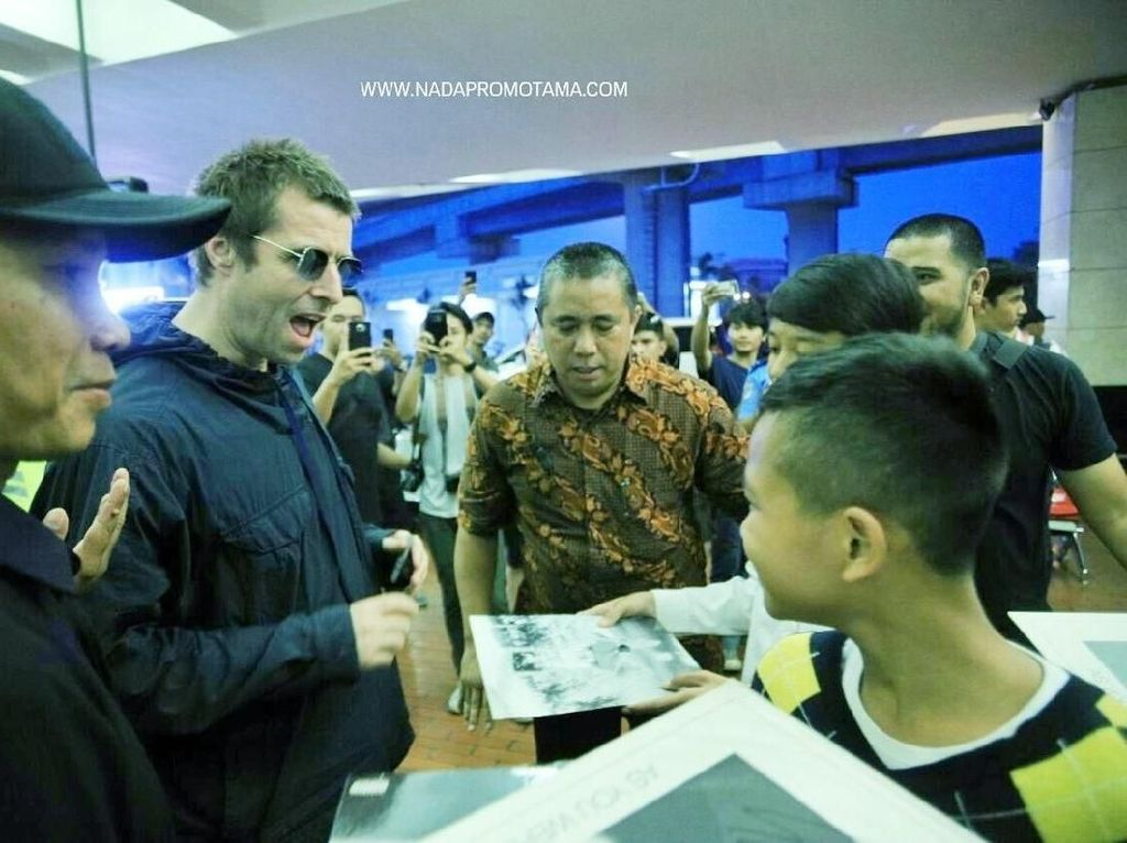 Para penggemar yang sudah menunggu berjam-jam tak sabar meminta tanda tangan dan foto bersama sang idoal. Foto: Nada Promotama