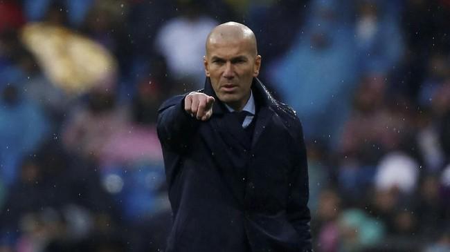 Pelatih Real Madrid Zinedine Zidane yang terus mendapat tekanan memberi instruksi kepada para pemain Los Blancos saat melawan Villarreal. (REUTERS/Javier Barbancho)