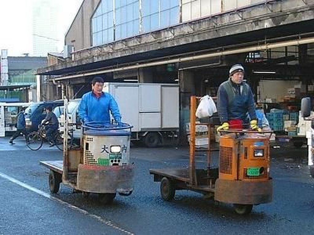 Gerobak motor kerap lalu lalang di Pasar Tsujiki sebagai salah satu alat pengangkut ikan. Pengunjung harap waspada. Foto: Pasar Tsukiji. (Dok. Japanguide)