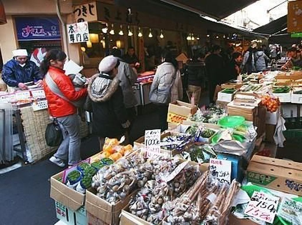 Terdapat ikan-ikan beracun yang dijual di Pasar Tsukiji. Namun ketika disajikan dengan benar oleh koki terlatih, ikan-ikan tersebut kaya akan rasa. Foto: Pasar Tsukiji. (Dok. Japanguide)