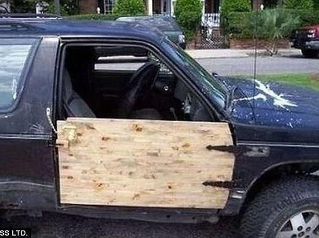 Pintu mobil rusak bahkan lepas dari mobil bisa diakali menggunakan kayu nih Otolovers. Misalnya saja seperti yang satu ini. Ada potongan kayu di rumahnya menganggur dipakai untuk menjadi pengganti pintu yang rusak.Foto: Reddit