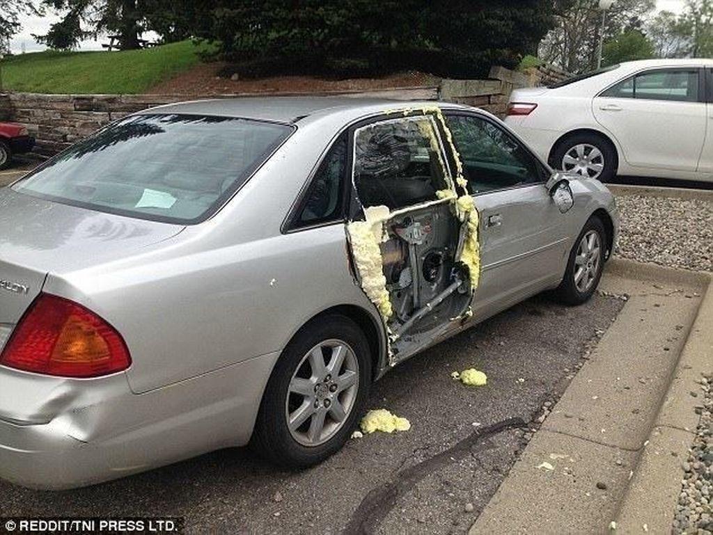 Busa bisa digunakan untuk mengakali pintu mobil yang rusak bagian luarnya.Foto: Reddit