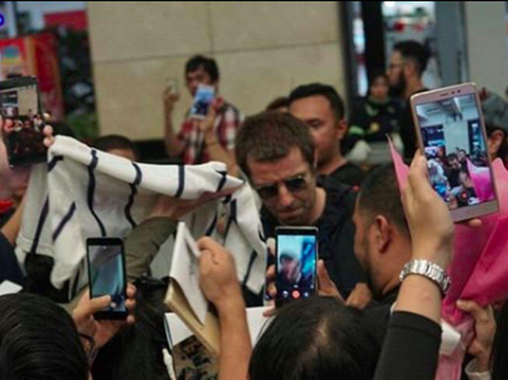 Di Bandara Soekarno-Hatta, Liam Gallagher sudah ditunggu oleh penggemarnya. Foto: Instagram @collectivetouring