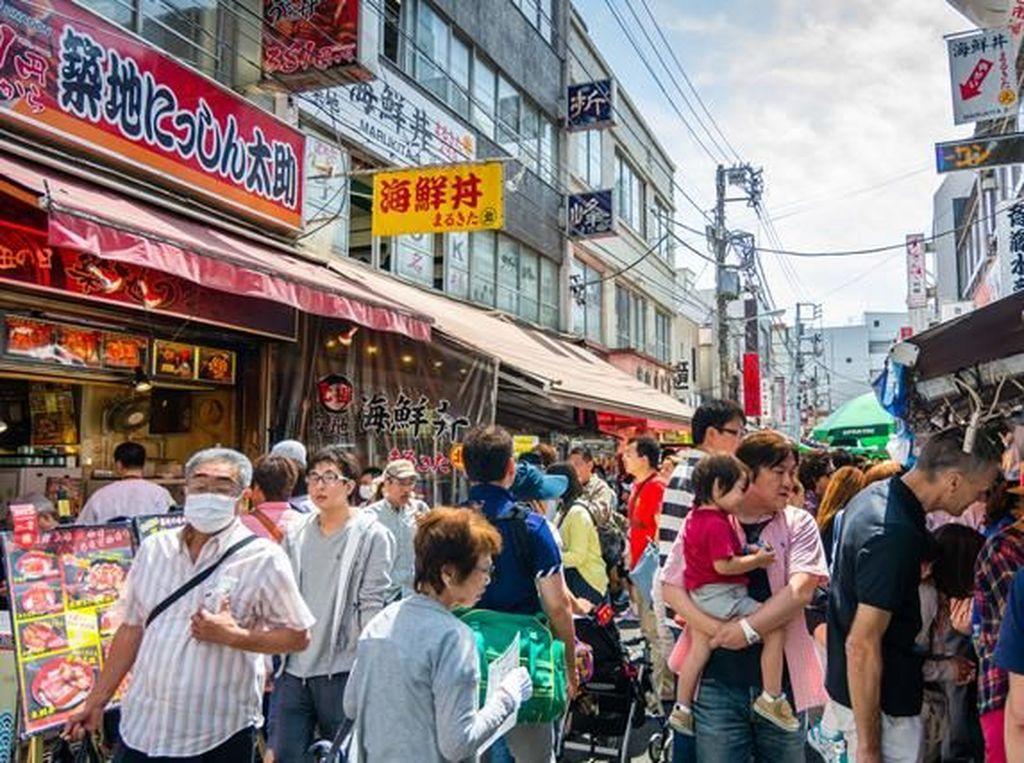 Terdapat dua area di Pasar Tsukiji. Pasar bagian dalam yang terdapat tempat pelelangan ikan, dan bagian luar yang menjual ikan secara eceran hingga restoran-restoran seafood dan sushi. Foto: Pasar Tsukiji. (Dok. Travelweek)