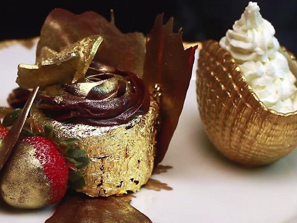 Wow! Penampakannya memang sungguh mewah. Dessert ini bernama Golden Pheonix Cupcakes yang berlapis emas 23 karat. Harganya 1.010 USD atau sekitar Rp 13,5 juta. Bisa beli motor ya! Foto: Istimewa