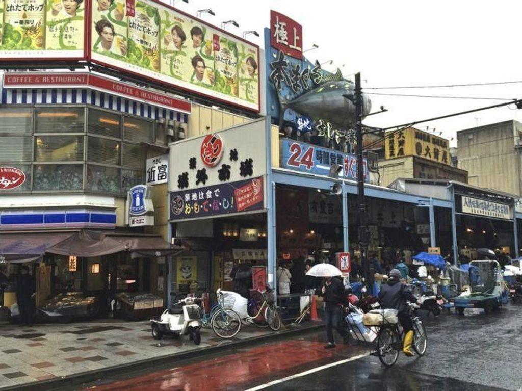 Tugas Pasar Tsukiji adalah memindahkan makanan dari seluruh Jepang dan tempat-tempat di seluruh dunia ke Tokyo dan sekitarnya. Pasar menjual 1.800 ton ikan dan seafood setiap harinya. Foto: Pasar Tsukiji. (Dok. David A. Latt/themalaymailonline)
