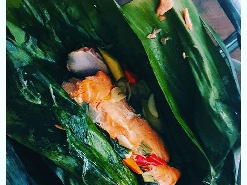 Ya, ini pepes. Tapi ini pepes ikan salmon! Fitrop menjelaskan kalau ia minta dibuatkan pepes oleh pembantu rumah tangganya. Walau hanya ada ikan salmon, tapi si mba tetap membuat pepes yang diminta Fitrop. Foto: Instagram Fitri Tropica